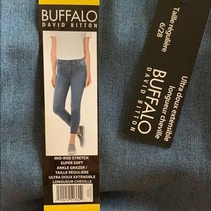 NWT mid-rise stretch jeans size 6